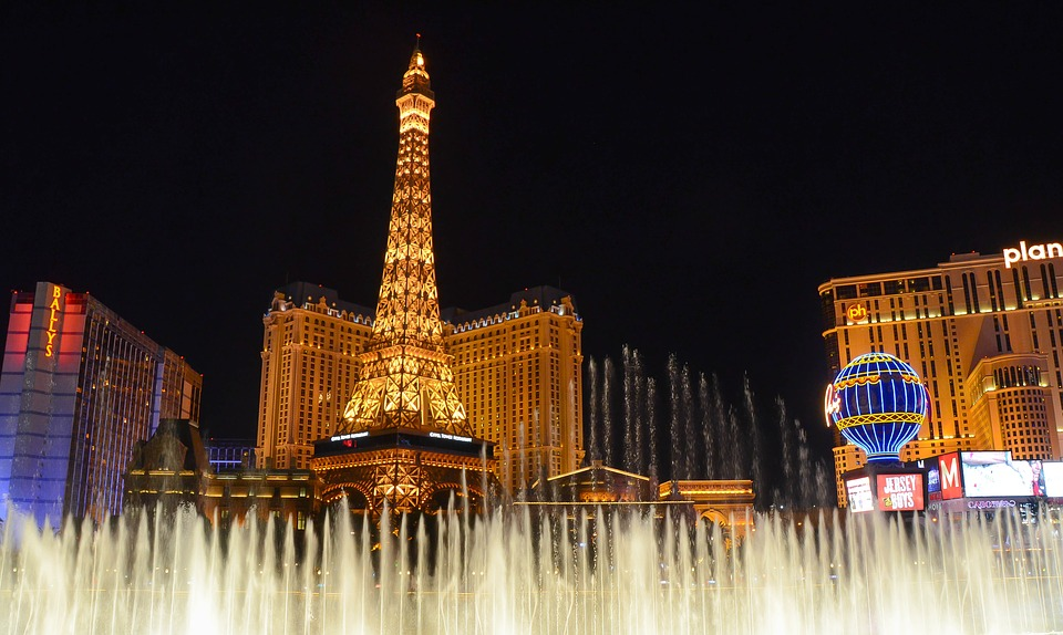 Las Vegas mini eiffel tower & fountains view